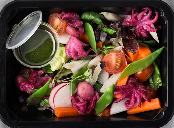 Салат из мини-осьминога с овощами