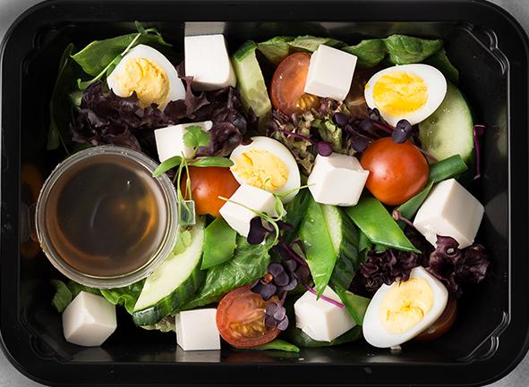 Салат с тофу и перепелиными яйцами