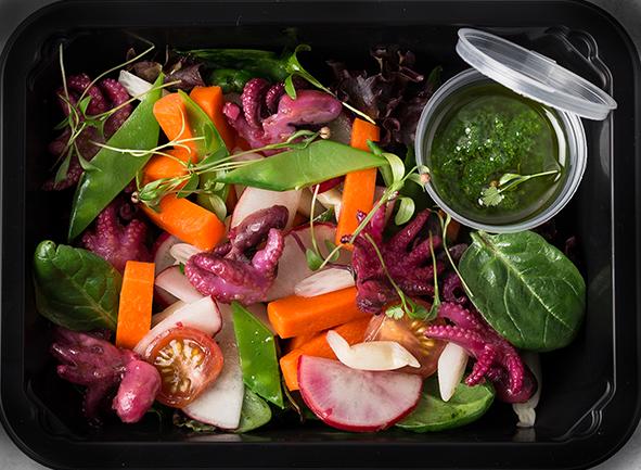 Салат из мини-осьминогов су-вид с маринованным корнем лотоса