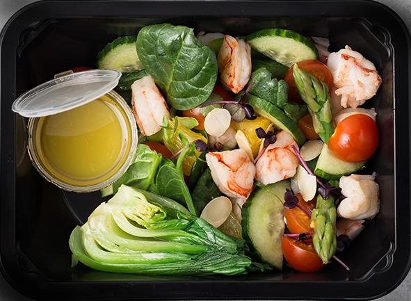 Салат из лангустинов с пак-чоем в кисло-сладком ореховом маринаде, томатами и свежими огурцами
