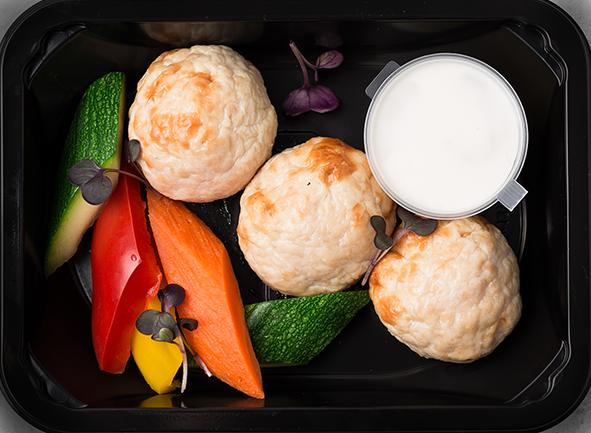 Фрикадельки из индейки с розмариновым соусом и припущенными овощами