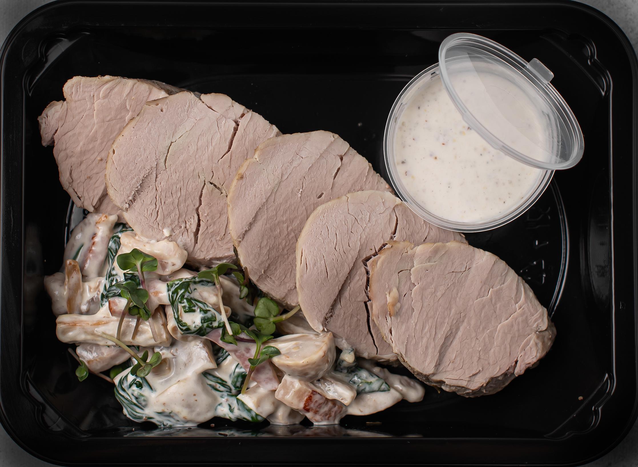 """Ломтики запеченной свинной вырезки с грибами """"Цао-гу"""" и горчичным соусом"""