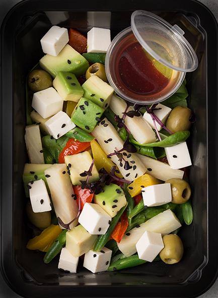 Салат из зеленой кенийской фасоли с сердцевиной пальмы, сыром фета и авокадо