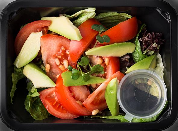 Салат из помидоров и авокадо с зеленью