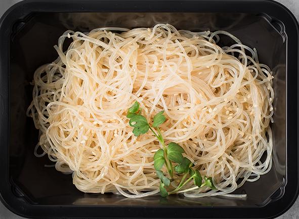 Рисовая лапша со свежей зеленью