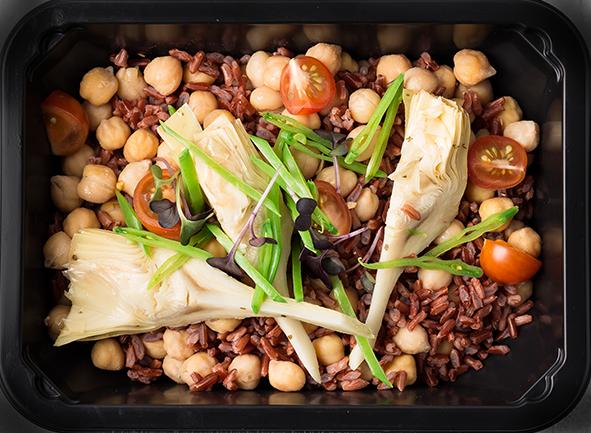 Отварной нут с красным рисом, артишоками и овощами