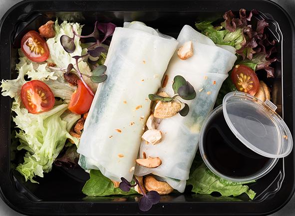 """Вонтонские рулеты с сыром """"Тофу"""", авокадо, овощами и соевым соусом"""