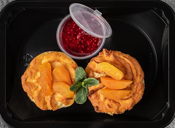 Сырники с курагой и фруктовым джемом
