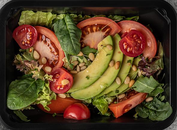 """Салат с авокадо, рукколой и томатами """"Черри"""""""