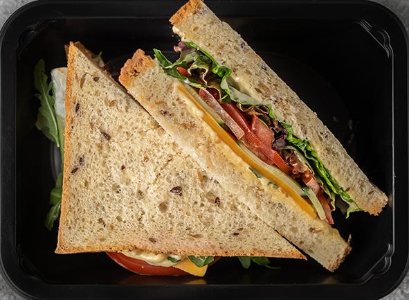 """Сэндвич на бездрожжевом хлебе с сыром """"Чеддер"""" и кольцами томатов с рукколой"""
