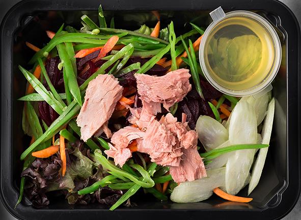 Веронский салат с льняным маслом и маринованным тунцом