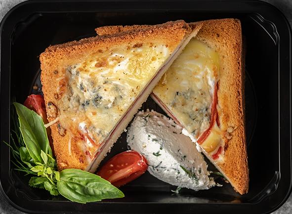 Открытый тост, запеченный с яйцом, ветчиной, блю чизом и томатами