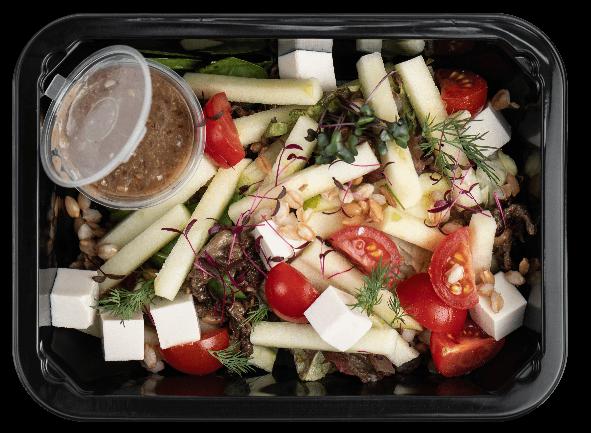 Салат со сморчками, фарро, яблоками и сыром тофу